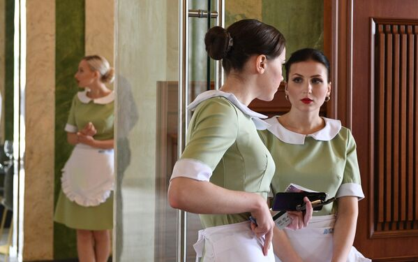 Официантки в ресторане здания Северного речного вокзала в Москве