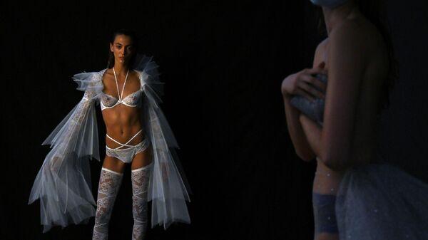 Модели на показе в рамказ Недели моды Mercedes Benz в Мадриде