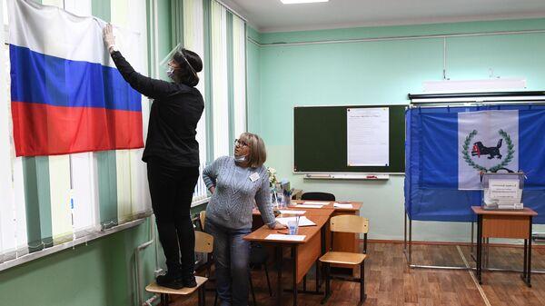 Подготовка избирательного участка к досрочному голосованию на выборах губернатора Иркутской области