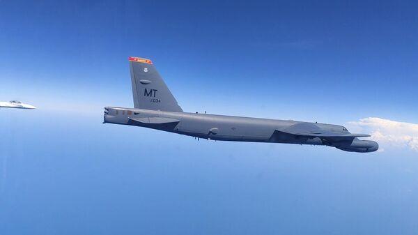 Российские истребители СУ-27 перехватывают американский бомбардировщик