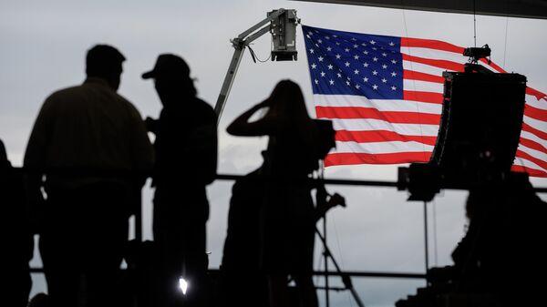 Журналисты ждут прибытия президента США Дональда Трампа в аэропорту Латроба, Пенсильвания