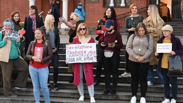 Участники акции протеста против действующей власти на площади Независимости в Минске