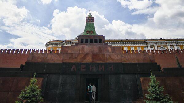 Посетители заходят в Мавзолей В. И. Ленина на Красной площади в Москве