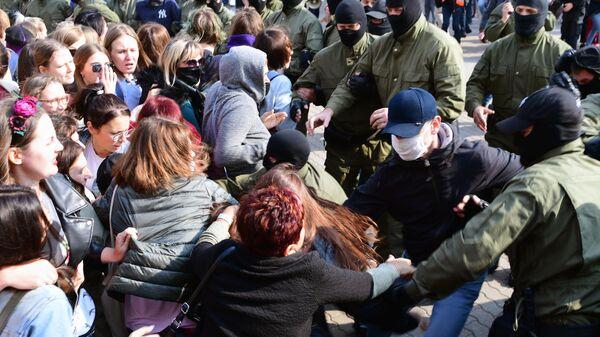 Участницы женского марша Подруга за подругу и сотрудники правоохранительных органов на площади Свободы в Минске