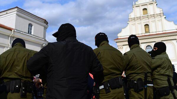 Сотрудники правоохранительных органов на площади Свободы в Минске, где собрались участницы несанкционированного женского марша Подруга за подругу