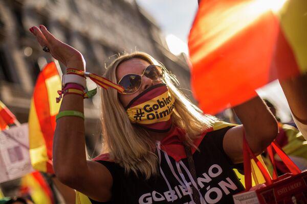 Участница антиправительственной акции в Мадриде