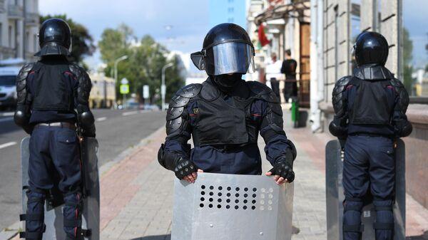 Сотрудники правоохранительных органов перед началом несанкционированной акции оппозиции в Минске
