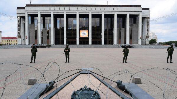 Сотрудники правоохранительных органов перед началом несанкционированной акции оппозиции на площади у концертного комплекса Дворец Республики в Минске