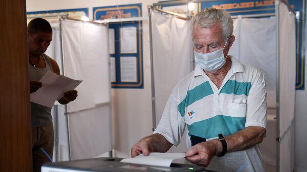 Мужчина на избирательном участке, где проходят выборы губернатора Севастополя