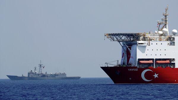 Турецкое буровое судно Yavuz в сопровождении сторожевого корабля ВМС Турции у берегов Кипра