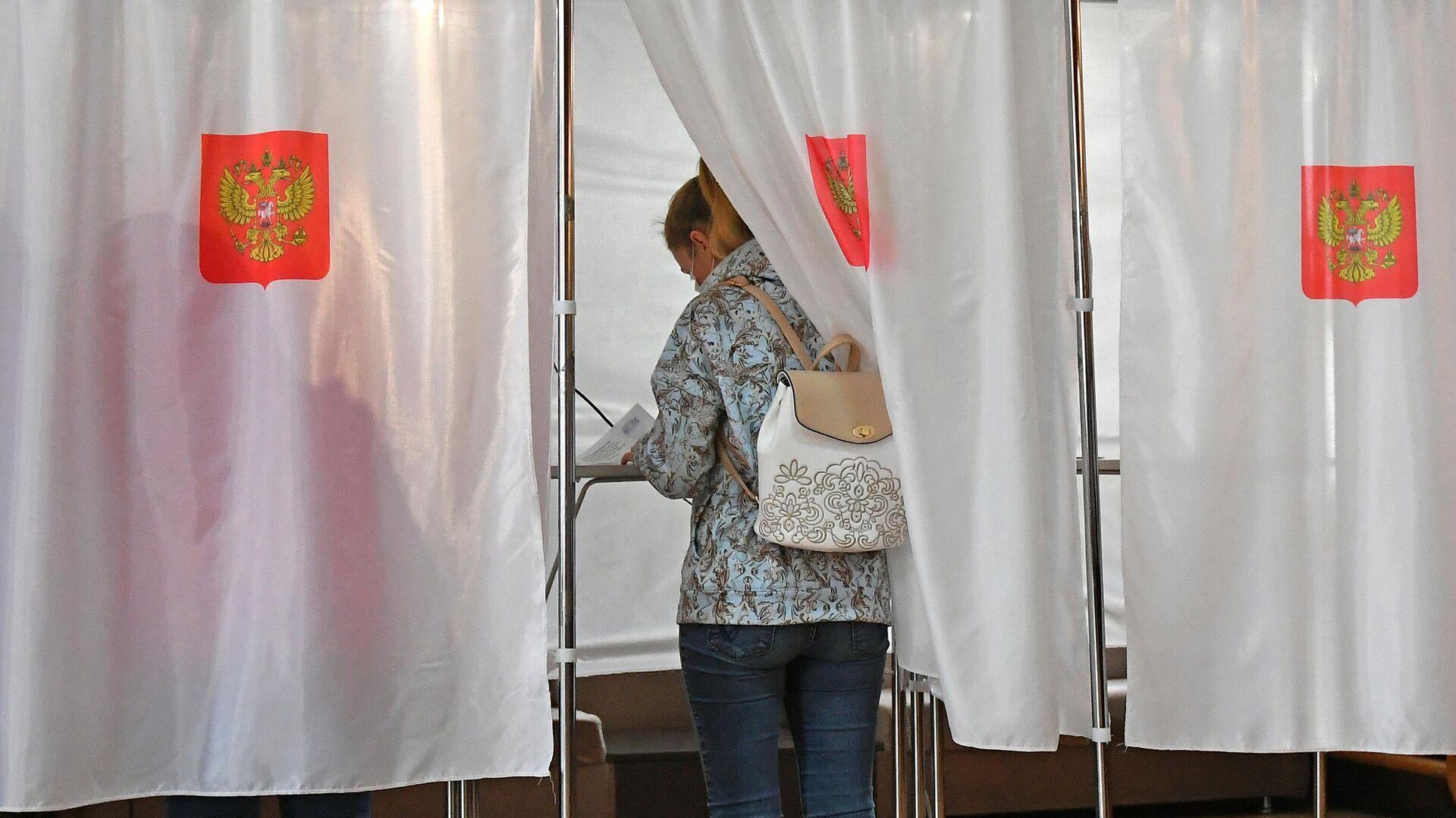 Люди участвуют в голосовании на выборах в местные органы власти в Красноярском крае - РИА Новости, 1920, 13.09.2020