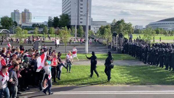 Сотрудники правоохранительных органов и участники акции протеста в Минске. Стоп кадр видео