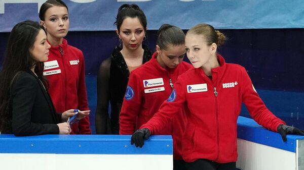 Александра Трусова  (на первом плане)