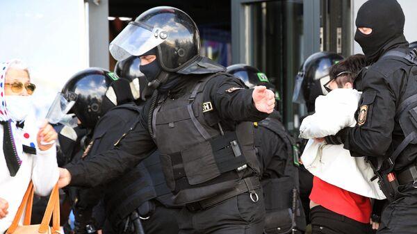 Сотрудники правоохранительных органов во время задержания участников воскресной несанкционированной акции протеста