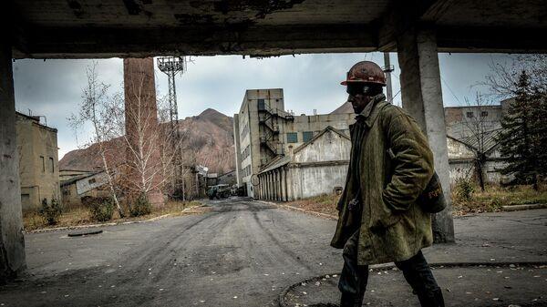Шахтер после смены на шахте имени Челюскинцев в Донецке