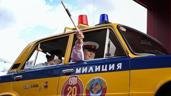 Автомобиль ВАЗ-21011 на старте ежегодного авторалли уникальных машин советской эпохи ГУМ-Авторалли —2020 на Васильевском спуске в Москве
