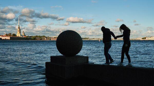 Люди на Стрелке Васильевского острова в Санкт-Петербурге