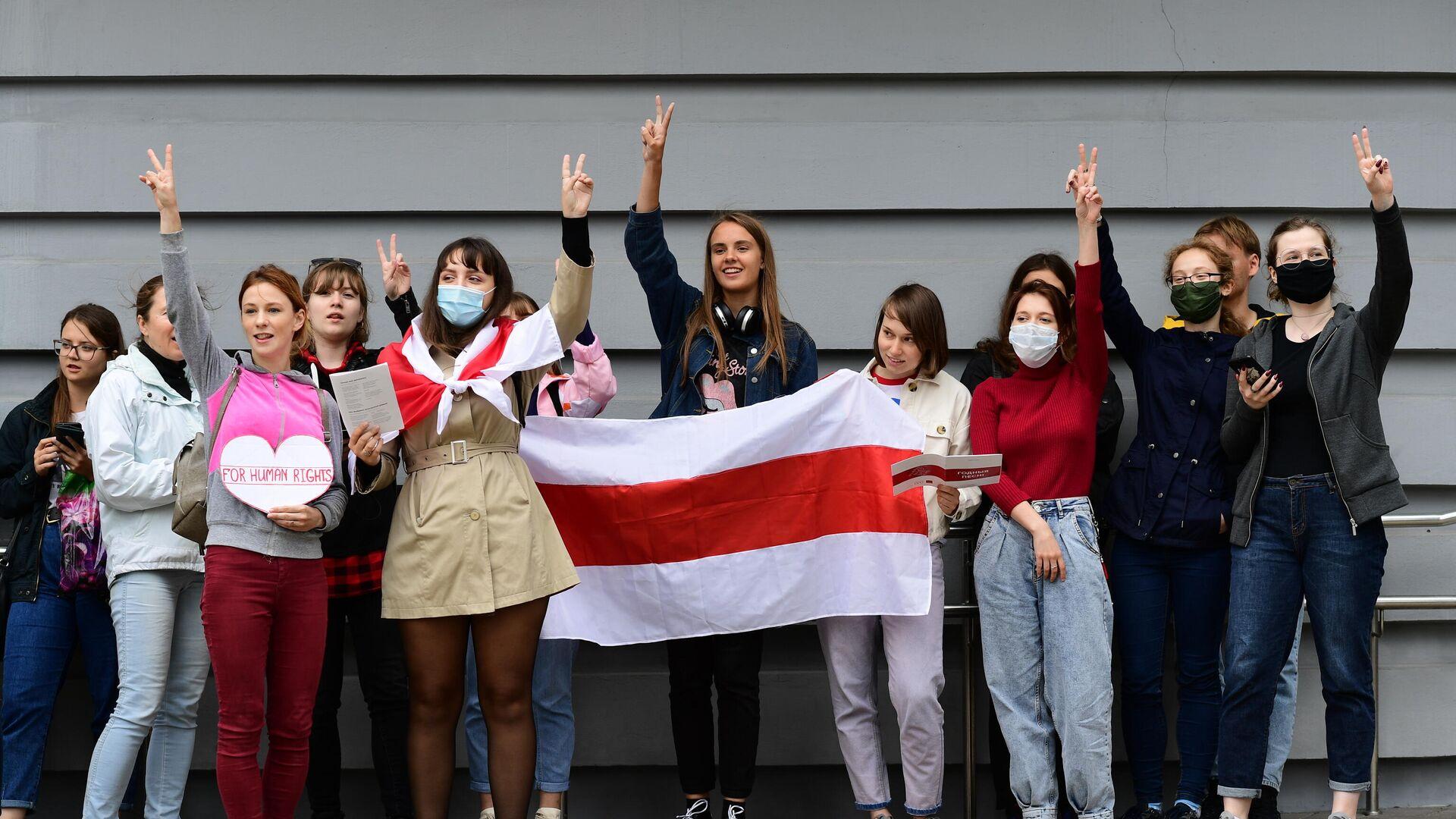 Студенты Минского государственного лингвистического университета принимают участие в акции протеста - РИА Новости, 1920, 31.10.2020