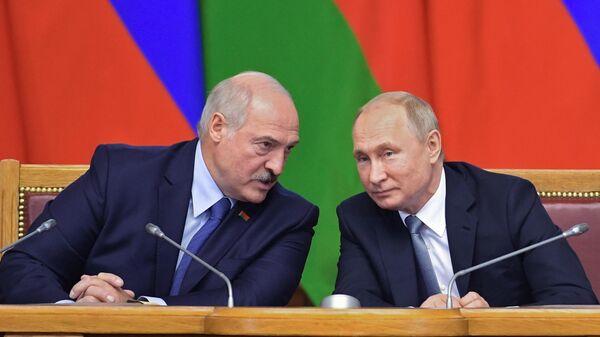 Президент Белоруссии Александр Лукашенко и президент РФ Владимир Путин на пленарном заседании VI Форума регионов России и Белоруссии в Таврическом дворце