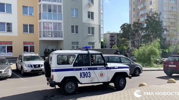 Сотрудники правоохранительных органов Белоруссии на улице Червякова в Минске. Кадр видео
