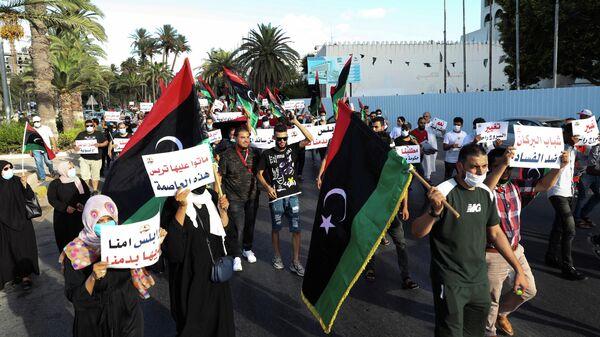 Участники антиправительственной акции протеста в Триполи