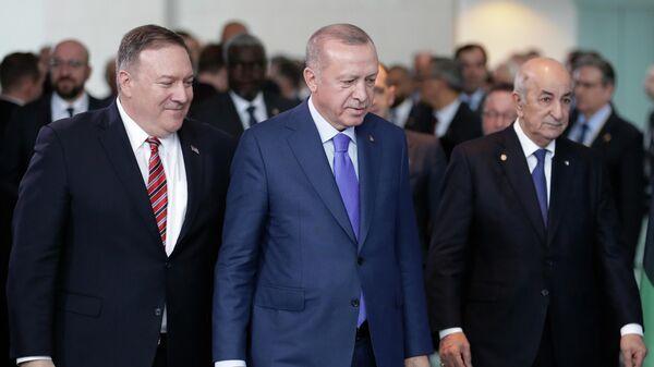Государственный секретарь США Майк Помпео, президент Турции Реджеп Тайип Эрдоган и президентом Алжира Абдельмаджид Теббун на конференции по Ливии в Берлине