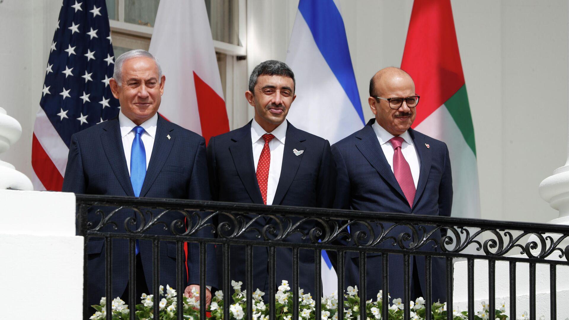 Биньямин Нетаньяху, Абдалла бен Зейд аль-Нахайян и Абдуллатиф Аль Зайани перед подписанием договора в Белом доме США - РИА Новости, 1920, 16.09.2020