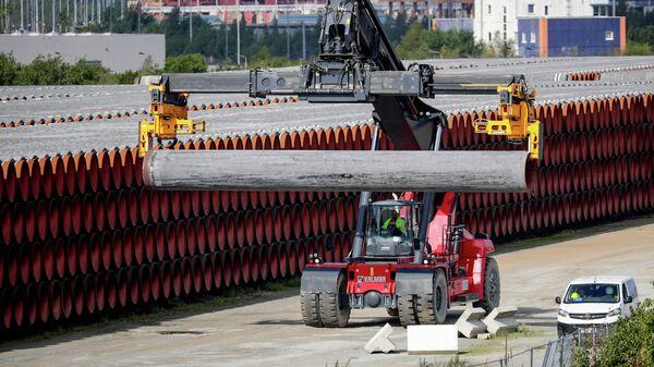 Трубы для строительства газопровода Nord Stream 2 на площадке в порту Мукран, Германия