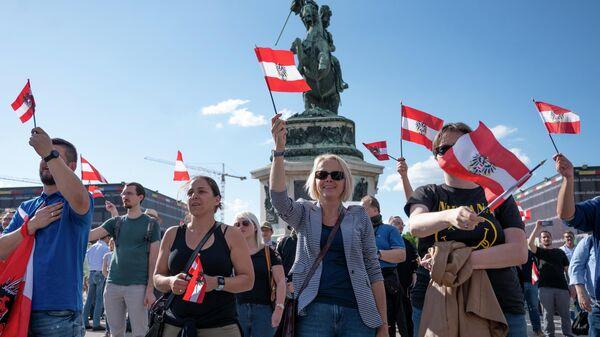 Люди на площади Хельден перед дворцом Хофбург в Вене, Австрия