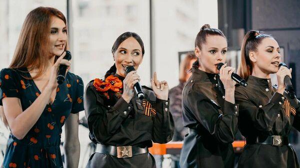 Участницы женской арт-группы Soprano во время онлайн-концерта Песни Победы