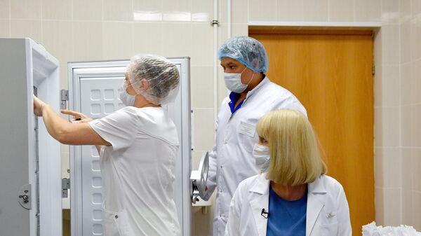 Подготовка к вакцинации добровольца против COVID-19