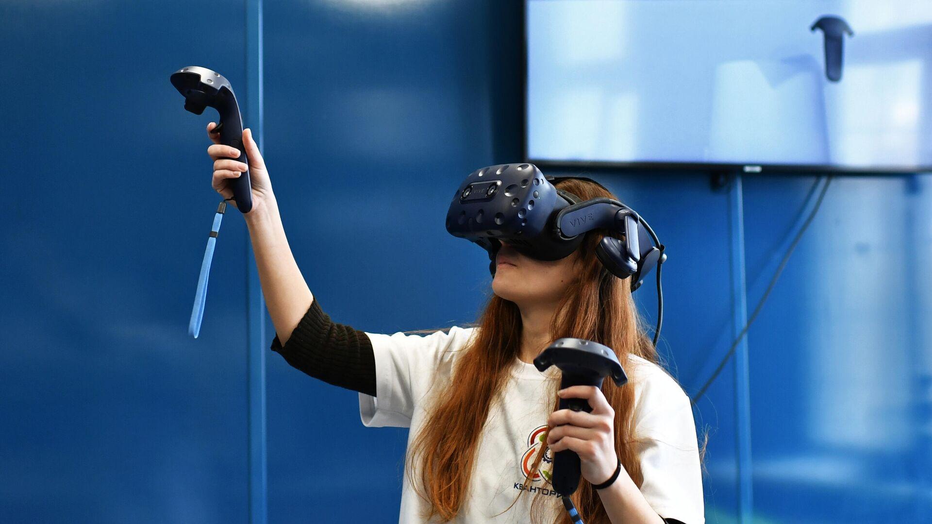 Школьница в очках виртуальной реальности - РИА Новости, 1920, 17.09.2020