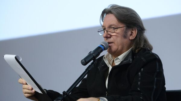 Музыкант и композитор Юрий Лоза читает диктант на ежегодной акции по проверке грамотности Тотальный диктант-2017 в Москве