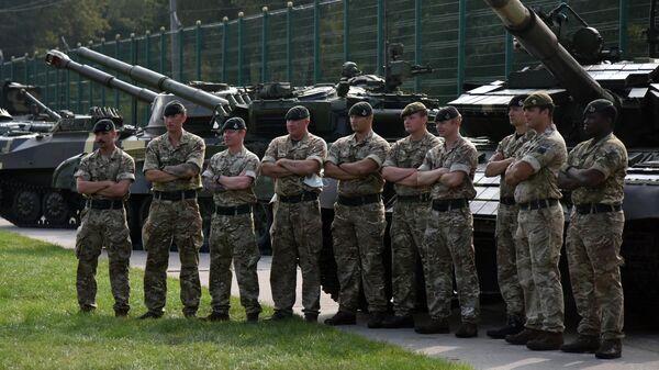 Военнослужащие Великобритании перед началом церемонии открытия совместных военных учений Украины и стран НАТО Rapid Trident-2020 на Яворском полигоне во Львовской области