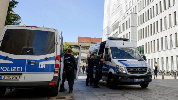Автомобили полиции у клиники Шарите в Берлине