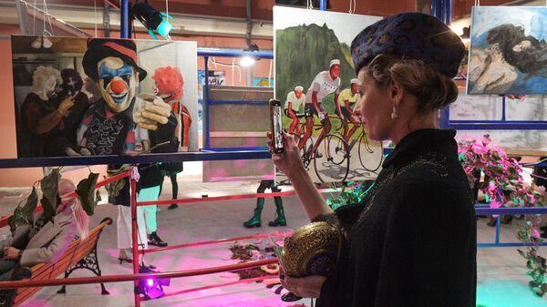 Посетительница на художественной выставке NUNC в Санкт-Петербурге.