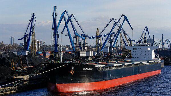 Перевалка грузов в порту Риги, Латвия