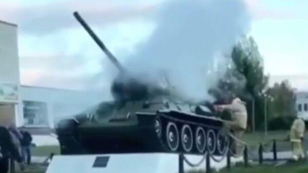 Танк, установленный в память об участниках Великой Отечественной войны, в поселке Новосмолинский. Стоп-кадр видео очевидца