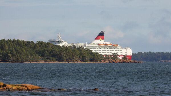 Паром компании Viking Line MS Amorella сел на мель на архипелаге Ярсо в Фогло, Аландские острова