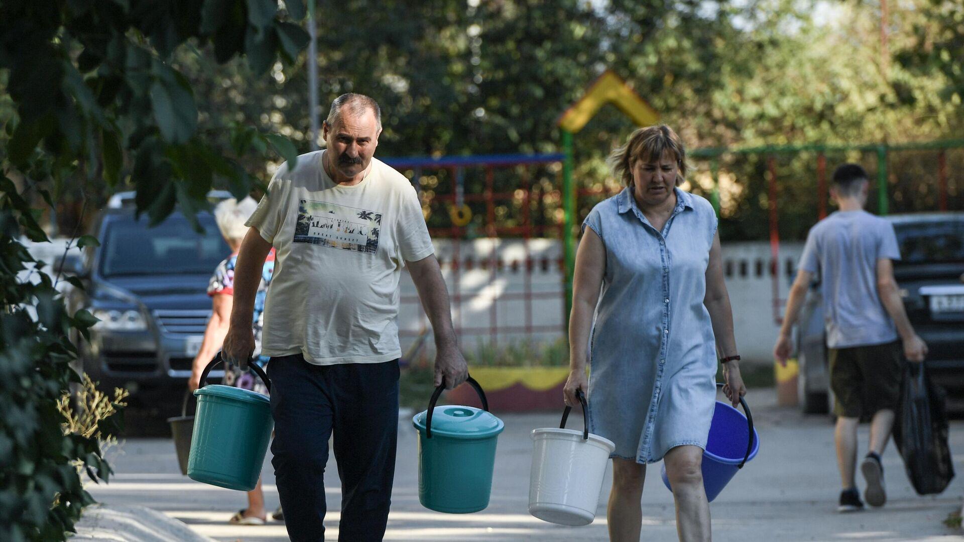 Жители Cимферополя идут чтобы набрать в емкости питьевую воду, привезенную в цистернах - РИА Новости, 1920, 02.11.2020
