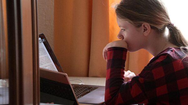 Девочка за компьютером у себя дома