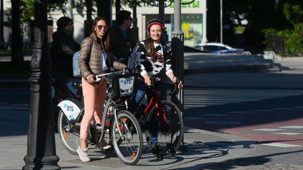 Девушки на велосипедах на одной из московских улиц