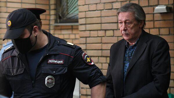 Актёра Михаила Ефремова выводят из здания Пресненского суда города Москвы после оглашения приговора