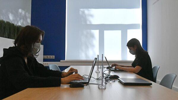 Девушки работают за личными компьютерами