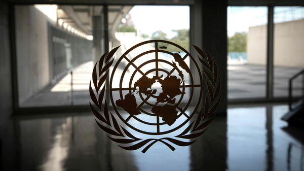 Логотип ООН в здании штаб-квартиры организации в Нью-Йорке