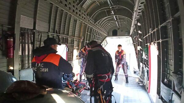 Ветолет Ми-26 МЧС со спасателями во время подготовки к вылету в Ульчский район из Хабаровска