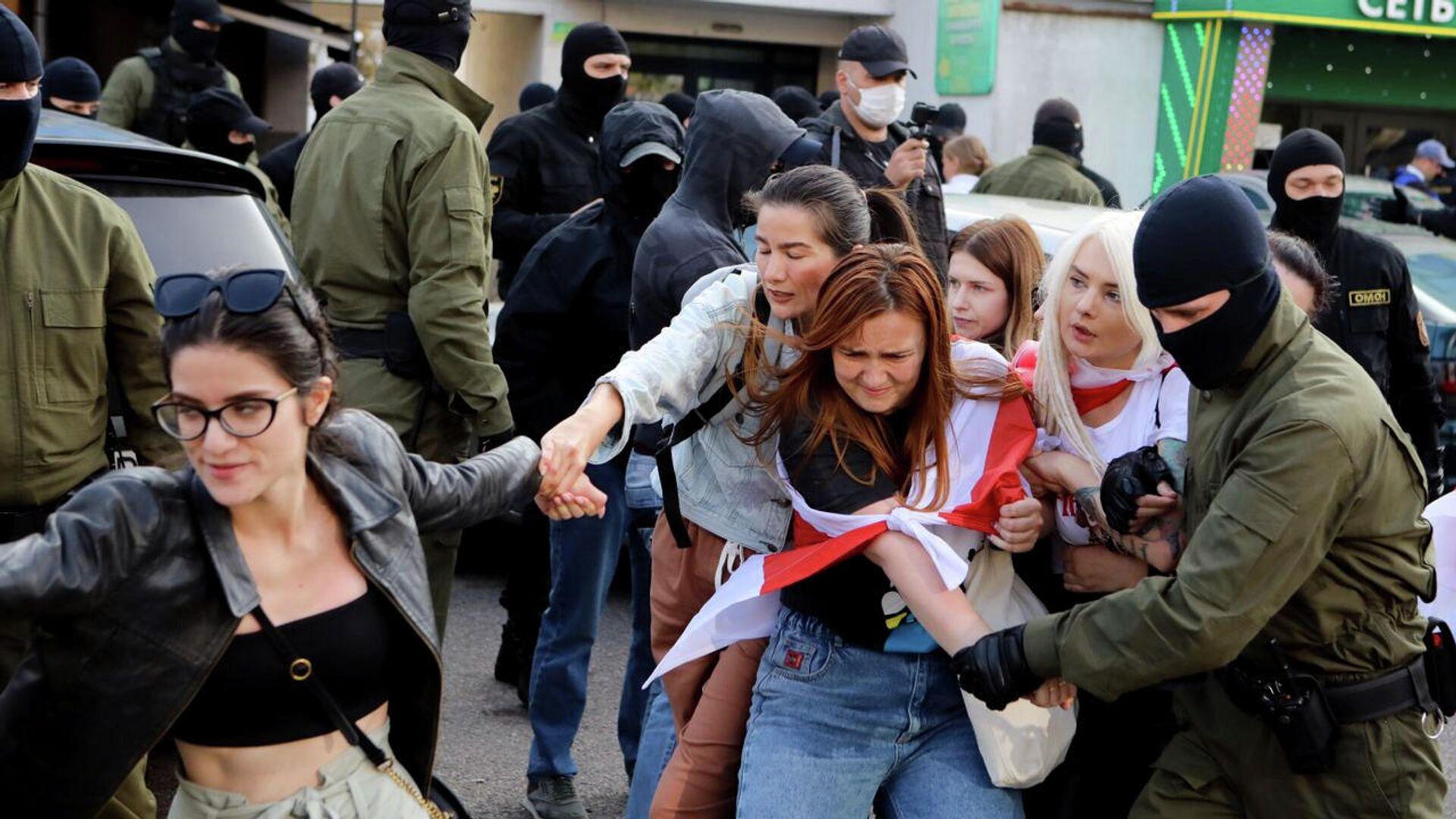Участники акции протеста во время столкновения с сотрудниками правоохранительных органов в Минске - РИА Новости, 1920, 26.09.2020