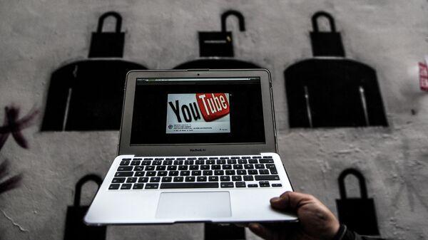 Логотип Youtube на экране ноутбука