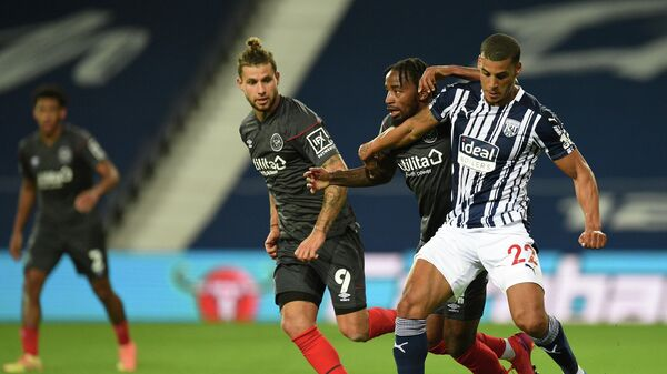 West Bromwich Albion's English defender Lee Peltier (R) holds off a challenge from Brentford's midfielder Tarique Fosu (2nd R) during the English League Cup third round football match between West Bromwich Albion and Brentford at The Hawthorns stadium in West Bromwich, central England, on September 22, 2020. (Photo by Oli SCARFF / POOL / AFP) / RESTRICTED TO EDITORIAL USE. No use with unauthorized audio, video, data, fixture lists, club/league logos or 'live' services. Online in-match use limited to 120 images. An additional 40 images may be used in extra time. No video emulation. Social media in-match use limited to 120 images. An additional 40 images may be used in extra time. No use in betting publications, games or single club/league/player publications. /