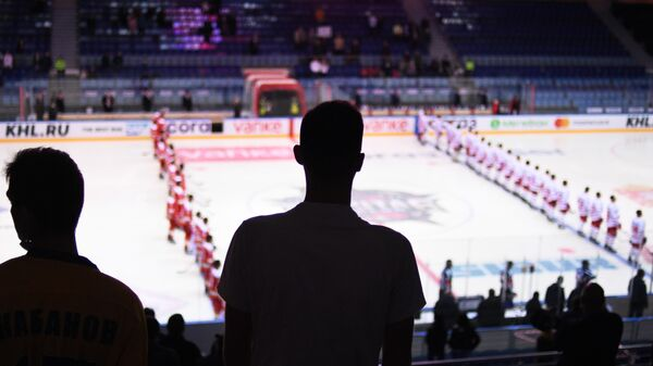 Хоккеисты перед началом матча КХЛ